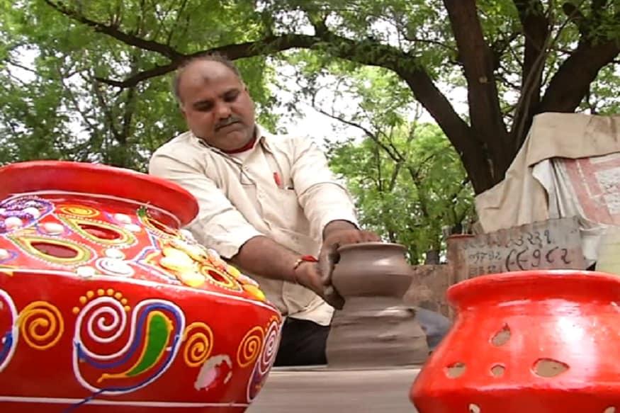 ત્યારે તાજેતરમા કેન્દ્ર સરકારે જમ્મુ કાશમીરમાંથી કલમ 370 હટાવતા, આ વર્ષે ગરબામાં કલમ 370 લખેલા જોવા મળી રહ્યા છે. તો સાથે જ ગરબા પર અખંડ ભારત પણ લખવામા આવે છે. ત્યારે ન્યુઝ 18 ગુજરાતી સાથેની વાતચીતમા મુકેશ વાડોલીયાએ જણાવ્યુ હતું કે, જે રીતે કેન્દ્ર સરકારે કડકાઈ પુર્વક નિર્ણય લીધો છે. ત્યારે સમાજના એક ભાગ રુપે અમે પણ આ પ્રકારનો કલમ 370 લખેલો ગરબો બનાવ્યો છે.