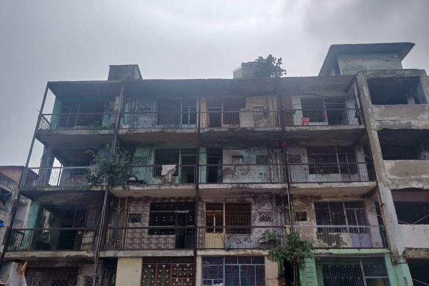 અમદાવાદ મ્યુનિસિપલ કોર્પોરેશનના (Amdavad municipal corporation) એસ્ટેટ વિભાગની ટીમ દ્વારા આજે જર્જરિત મકાન તોડી પાડવાની કાર્યવાહી કરવામાં આવી હતી. આજે નરોડા મેમ્કો રોડ ઉપર વિજય મિલ ક્વાટર્સના કુલ 98 મકાનને તોડી પાડવામાં આવ્યા છે. કોર્પોરેશન દ્વારા આગામી સમયમાં આ જ જગ્યા પર નવા મકાન બનાવવામાં આવશે. અને જો સ્થાનિકોની સંમતિ મળશે તો તેમને અહીં જ મકાન ફળવવામાં આવશે. જોકે આ વચ્ચે સ્થાનિકો માટે કોઈપણ પ્રકારની વ્યવસ્થા ન હોવાથી આજે ઉશ્કેરાયેલા સ્થાનિકોએ કોર્પોરેશન વિરુદ્ધ છાજિયા લઈને રોષ વ્યક્ત કર્યો હતો. (દીપિકા ખુમાણ, અમદાવાદ)