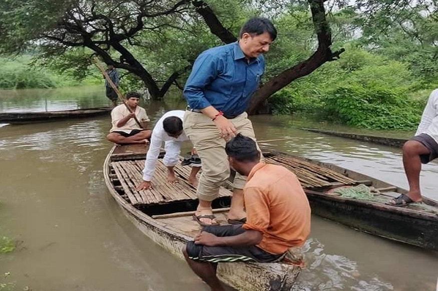 ગુજરાત પ્રદેશ કોંગ્રેસ (Gujarat Pradesh Congress) સમિતિના પ્રમુખ અને આંકલાવના ધારાસભ્ય (Anklaw) (MLA) અમિત ચાવડાએ (Amit chavda)અસરગ્રસ્ત વિસ્તારોની હોડીમાં (Boat) બેસીને મુલાકાત લઈ પરિસ્થિતિનો તાગ મેળવ્યો હતો.