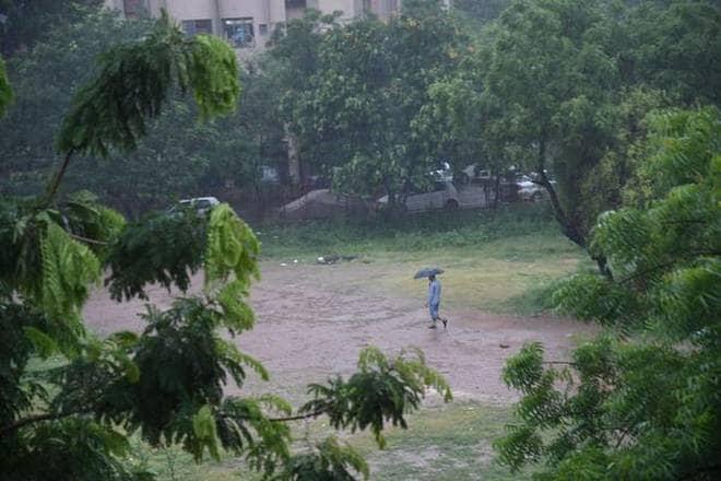 આજ સવારથી સૌરાષ્ટ્રમાં મુશળધાર વરસાદ નોંધાયો છે. અમરેલીનાં ખાંભામાં બે કલાકમાં 8 ઇંચ વરસાદ ખાબક્યો છે. આ સાથે દક્ષિણ ગુજરાતમાં વલસાડ જિલ્લાનાં ઉમરગામમાં 24 કલાકમાં 2 ઇંચથી વધુ નોંધાયો છે.