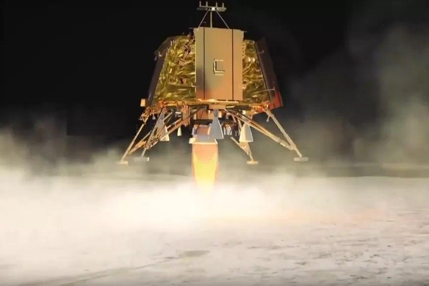 ચંદ્રમાની જમીનથી 335 મીટર દૂર પર સંપર્ક તૂટ્યો<br />મિશન ઓપરેશન કોમ્પલેક્સની સ્ક્રિન પર ગ્રાફમાં દેખવામાં આવી રહ્યું છે કે, વિક્રમને 400 મીટરથી 10 મીટરની ઊંચાઈ સુધી 1 અથવા 2 મીટર પ્રતિ સેકન્ડથી નીચે લાવવામાં આવી રહ્યું હતું. પછી અંતમાં તેની ગતી જીરો કરી સોફ્ટ લેન્ડીંગ કરવામાં આવવાની હતી. પરંતુ, લેન્ડીંગ માટે નિર્ધારીત અંતિમ 15 મિનીટની 13મી મિનીટે સ્ક્રિન પર લીલા રંગની લાઈનમાં બધુ રોકાઈ ગયું. તે સમયે લેન્ડર વિક્રમ ચંદ્રમાની જમીનથી 335 મીટર ઊંચાઈ પર હતું.