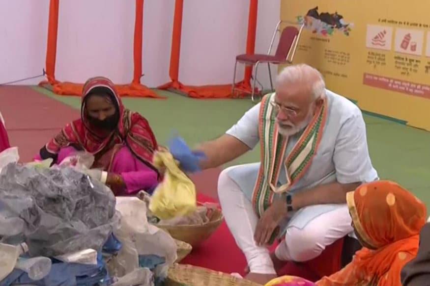 વડાપ્રધાન નરેન્દ્ર મોદી (PM Narendra Modi)એ મથુરા (Mathura)ની ધરતીથી દેશ અને દુનિયાને પ્લાસ્ટિક મુક્ત ભારત (Plastic Free India) બનાવવાનો સદેશ આપ્યો છે. પીએમ મોદીએ પ્લાસ્ટિકનો કચરો વીણનારી 25 મહિલાઓ સાથે બેસી જાતે પ્લાસ્ટિક મૅનેજમેન્ટના ગુણ શીખ્યા.
