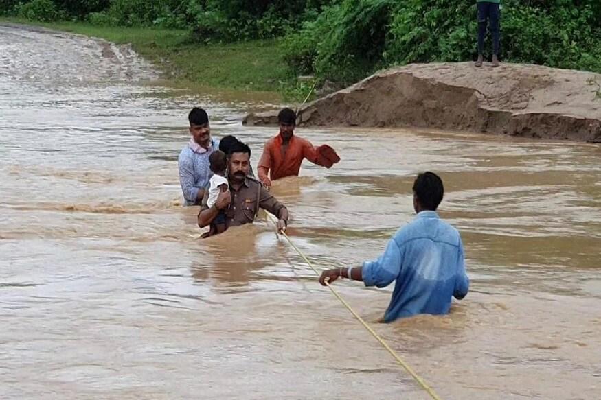 સમગ્ર ગુજરાતમાં હાલના દિવસોમાં ધોધમાર વરસાદ વરસી રહ્યો છે. જેના કારણે ઘણા સ્થાનોએ પાણી ભરાઇ જવાની સ્થિતિ બની રહી છે. ભારે વરસાદના કારણે કેટલાક ગામો સંપર્ક વિહોણા પણ બની જાય છે. આવા ગામમાં લોકોને રેસ્ક્યું કરીને બહાર લાવવામાં આવે છે. આવી જ ઘટના ભરૂચ જિલ્લાના જરસાડ ગામમાં બની હતી. જ્યાં વરસાદના કારણે ગામ સંપર્ક વિહોણું બનતા લોકોનું રેસ્ક્યુ કરવામાં આવ્યું હતું.