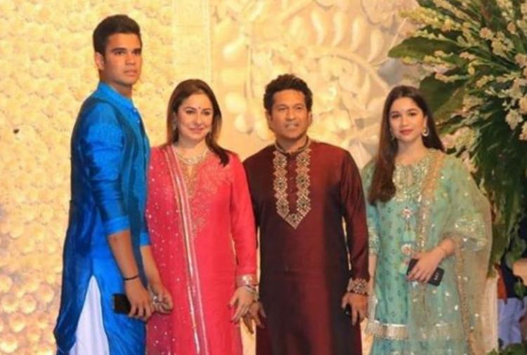બોલીવૂડ સિવાય ક્રિકેટ જગતથી સચિન તેંડુલકર પણ તેમના સમગ્ર પરિવાર સાથ અહીં પહોંચ્યો હતો.