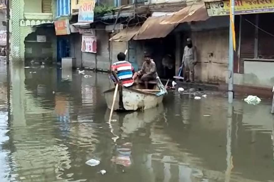 પૂરના પાણી ભરાવાના કારણે શહેરનાં દાંડિયાબજાર, ફૂરજા, ચાર રસ્તા સહિતના વિસ્તારોમાં રહેતાં 5 હજારથી વધુ લોકો રોજિંદી જરૂરીયાતની સાધન સામગ્રી ખરીદવા માટે બહાર નિકળી નથી શકતા. તેઓ હાલમાં ઘરમાં સંગ્રહ કરેલી ખાદ્ય ચીજવસ્તુઓ પર દિવસ ગુજારી રહ્યાં છે.