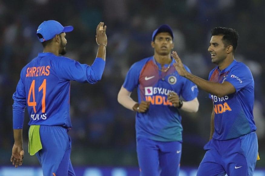 મોહાલી : બીજી ટી20માં ભારતે સાઉથ આફ્રિકા (India vs South Africa)ને 7 વિકેટથી હરાવી દીધું. ભારતે 150 રનનો ટાર્ગેટ 19 ઓવરમાં પાર કરી દીધો. 3 મેચોની ટી20 સીરીઝમાં ટીમ ઈન્ડિયા 1-0થી આગળ થઈ ગઈ છે. નોંધનીય છે કે, ટીમ ઈન્ડિયાએ ક્રિકેટના દરેક મોરચે શાનદાર પ્રદર્શન કરતાં પહેલીવાર પોતાના હોમગ્રાઉન્ડ પર સાઉથ આફ્રિકાને હરાવ્યું છે. આવો જાણીએ ભારતીય ટીમના જબરદસ્ત જીતના 5 મહત્વના કારણો...