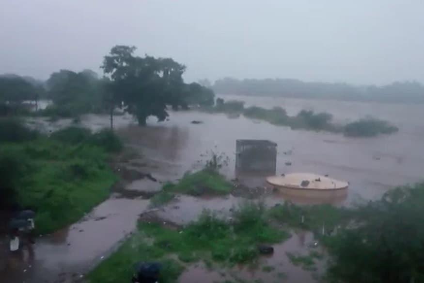 આટલા વર્ષે સારા વરસાદને કારણે નર્મદા ડેમે ઐતિહાસિક 136.17 મીટરની સપાટી પાર કરી છે. ગુજરાત માટે એક સારા સમાચાર કહેવાય ત્યારે ઉપરવાસ માંથી નર્મદા ડેમમાં 4,40,289 ક્યૂસેક પાણીના ઇનફલો સામે 3,20,819 ક્યૂસેક પાણીનો આઉટફલો નોંધાયો હતો.