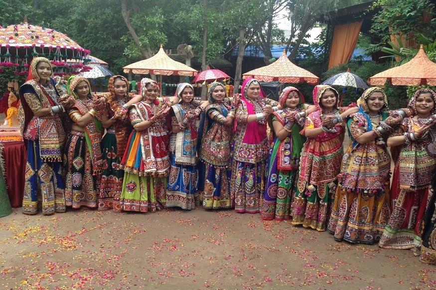 ધીમે ધીમે ગુજરાતની ઓળખ નવરાત્રી (Navratri) હવે બોલિવૂડમાં ફેમસ થઈ ચૂકી છે. એક સમયે ગુજરાતી ગરબા (Gujarati Garaba)પર ગરબે ઘુમતાં ખૈલેયાઓ હવે હિન્દી બોલિવૂડ (Hindi)(Bollywood)ગીતો પર ગરબે ઘુમે છે. ત્યારે પ્રાચીન ઓળખ સાથે આપણી સંસ્કૃત્તિ સચવાય રહે તે હેતુસર અમદાવાદના (Ahmedabad) 100 જેટલાં યુવક યુવતીઓએ ખાસ નવરાત્રીની તૈયારીઓ કરી છે. અમદાવાદના 20 વર્ષ જૂના પનઘટ ગ્રૂપના (Panghat Group) યુવક અને યુવતીઓએ આ વર્ષે પ્રાચીન ગરબાને વળગી રહીને નવાં સ્ટેપ્સની સાથે ટ્રેડિશનલ ચણિયાચોળી તૈયાર કર્યા છે. જેમાં આ વર્ષે રાજસ્થાની રજવાડી, કચ્છી લૂકને પ્રાધાન્ય આપવામાં આવ્યું છે. આ વર્ષની ખાસ વાત એ છે કે ખેલૈયાઓ માટે આ વર્ષે ભારતીય અને ગુજરાતની ઓળખ સમા કચ્છ પહેરવેશ (Kutch Dress)પહેરીને અવનવાં સ્ટેપ્સ કરશે. (દીપિકા ખુમાણ, અમદાવાદ)