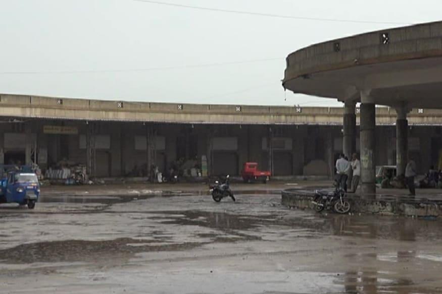 ઉત્તર ગુજરાતના તમામ માર્કેટયાર્ડના વાપરીઓ ટીડીએસ કપાતના વિરોધમાં હડતાળ પર ઉતરી ગયા છે. ત્યારે અરવલ્લી જિલ્લાના છ તાલુકાના છ યાર્ડના એક હજાર વેપારીઓ પણ આ હડતાલમાં જોડાયા છે. જેના કારણે તારીખ 3 અને 4 સપ્ટેમ્બરના રોજ વેપારીઓ હરાજીથી દૂર રહેશે. ખાસ કરીને મોડાસા, બાયડ, ભિલોડાના યાર્ડમાં સૌથી વધુ ખેડૂતોની ચહલ પહલ રહેતી હોય છે. ત્યારે એક કરોડના બેંક વ્યવહારમાં બે ટકા ટીડીએસ કપાત થતા વેપારીઓ સાથે ખેડૂતોને પણ સહન કરવું પડશે.