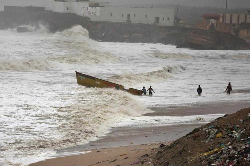 ન્યૂઝ18ગુજરાતી : અરબી સમુદ્રમાં સર્જાયેલા ક્યાર વાવાઝોડાની ચેતવણીને કારણે રાજ્યભરનાં વાતાવરણમાં પલટો આવ્યો છે. અમદાવાદ, સુરત, ડાંગ, છોટાઉદેપુર, વડોદરા, પોરબંદર, માધવપુરાનાં અનેક વિસ્તારોમાં વરસાદી માહોલ બન્યો છે. જેના કારણે દિવાળીની રજામાં ફરવા ગયેલા લોકોની મઝા પણ બગડી છે.