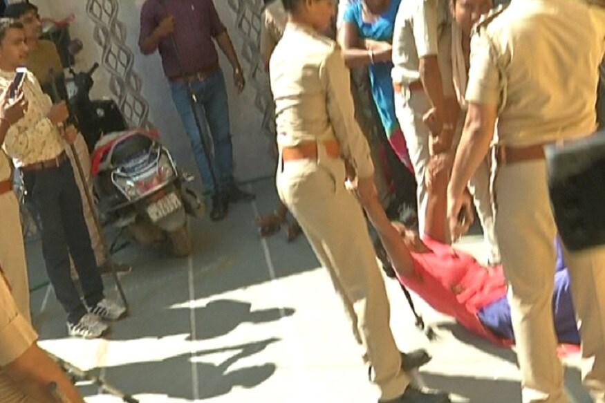 મહિલાઓને જ્યારે પોલીસ સ્ટેશન લઈ જવા કહેવામાં આવ્યું ત્યારે મહિલાઓ આવવાની ના પાડી દીધી હતી અને ગાળો બોલવા લાગી હતી. આથી મહિલા પોલીસે ટીંગા ટોળી કરી મહિલાઓને માંડ માંડ પોલીસ સ્ટેશન લઈ જવાઈ હતી.