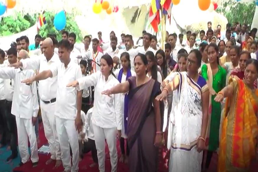 ગુજરાતમાં ફરી એક વાર ધર્મ પરિવર્તનનો મુદ્દો સામે આવ્યો છે. સાબરકાંઠા જીલ્લાના ઇડરમાં એક સાથે 105 અનુસુચિત જાતના લોકોએ બૌદ્ધ ધર્મ અંગીકાર કરતા વહીવટી તંત્ર પણ હરકતમાં આવી ગયું છે. મધ્યપ્રદેશમાં બે અનુસૂચિત જાતિના બાળકોની હત્યાના વિરૂધ્ધમાં સાબરકાંઠા જિલ્લાના ઈડરમાં 105 લોકોએ બૌધ્ધ ધર્મ અંગીકાર કર્યો છે. આ મામલે ઈડરના અનુસૂચિત જાતિના લોકોએ નાયબ કલેક્ટરને લેખિતમાં રજૂઆત કરી હોવાનો દાવો કર્યો હતો. બૌધ્ધ ધર્મ અંગીકાર કરનારમાં વૃદ્ધ, મહિલાઓ બાળકો પણ સામેલ છે. (ઇશાન પરમાર, ઇડર )