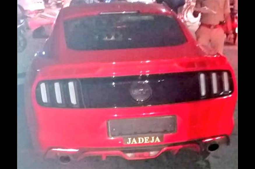 બુધવારે પોલીસે એસ.જી. હાઇવે પર સિંધુ ભવન ત્રણ રસ્તા પર ખાસ ટ્રાફિક ડ્રાઇવ યોજી હતી. આ દરમિયાન ટ્રાફિકના નિયમોનો ભંગ કરતા લોકોને દંડવામાં આવ્યા હતા. આ દરમિયાન પોલીસે ફૉર્ડ મુસ્ટાંગ (Ford Mustang) કારના ચાલકને મેમો પકડાવીને ગાડીને ડિટેઇન કરી દીધી હતી.