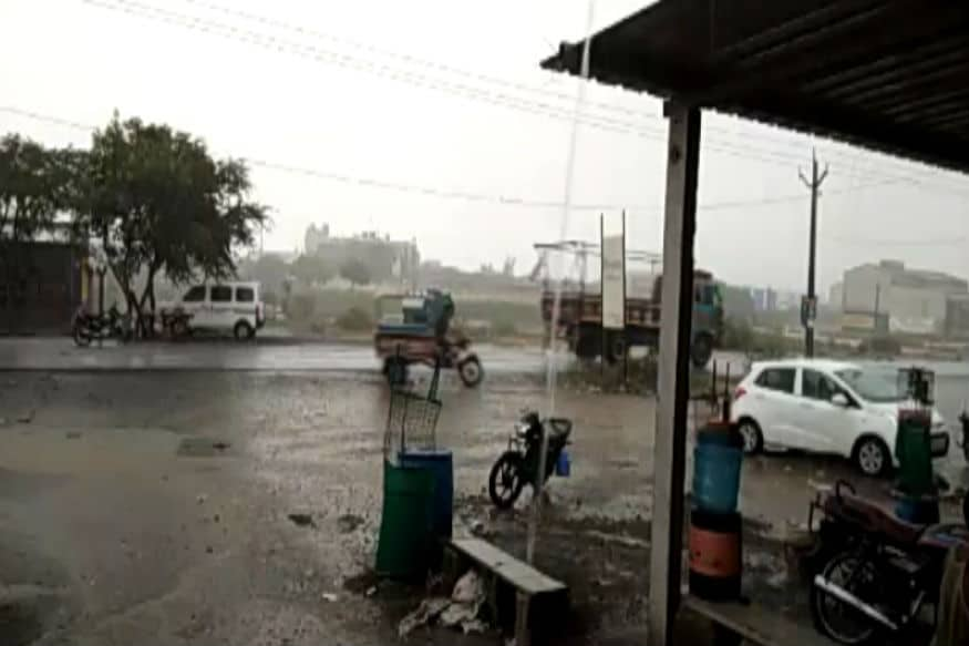 મહા વાવાઝોડાની અસરના પગલે સૌરાષ્ટ્રના અનેક જિલ્લાઓમાં વરસાદ શરૂ થઈ ગયો છે. સૌરાષ્ટ્રના ગોંડલ, બોટાદ, સુરેન્દ્રનગર, મોરબી, અમરેલીમાં વરસાદ પડ્યો છે. આજે સાંજે રાજકોટ શહેરમાં પણ વરસાદ પડ્યો હતો જેના કારણે રોડ પર પાણી ભરાઈ ગયા હતા. સાંજે ગોંડલ તાલુકાના દેવચડી, બાંદરા, નવાગામ, લીલાખા સહિતના ગામોમાં દોઢથી અઢી ઇંચ વરસાદ પડ્યો હતો. (અંકિત પોપટ, રાજકોટ)