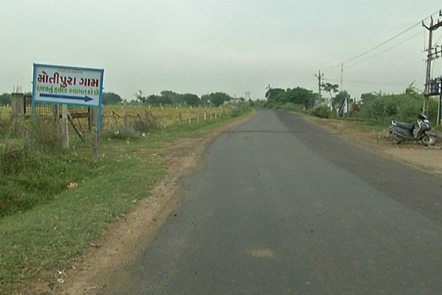 મોતીપુરા ગામની વાત કરવામાં આવે તો ગામની વસ્તી આશરે 3500ની આસપાસની છે અને આખુ ગામ નટ-બજાણીયા સમાજનું છે. આમ તો ગુજરાતમાં અમરેલી, જામનગર, ડીસા, સિધ્ધપુર સહિત 18 જેટલા ગામમાં નટબજાણીયા સમાજની વસ્તી છે પરંતુ, મોતીપુરા ગામ નટ બાજણીયા સમાજનુ મુખ્ય ગણાય છે. નટ બજાણીયા સમાજના આગેવાન ભરતભાઈ નટ બજાણીયાએ જણાવ્યુ હતુ કે, મોતીપુરા ગામમાં નટનાયક સમાજનો કોઈ પણ વ્યક્તિ દારૂનું વ્યસન ના કરે તેમજ સમાજના યુવાન વિકાસ સાધી શકે તેવા આશયથી જ ગામના ચોકમાં મોતીપુરા જેલ ઊભી કરવામાં આવી છે. આ જેલરૂપી પાંજરામાં વ્યસન કરનારને પુરી દેવામાં આવે છે, અને દંડ પેટે લીધેલા 1212 રૂપિયા પણ ધાર્મિક કામોમાં અને ગામના વિકાસના કાર્યો માટે ઉપયોગ કરવામાં આવે છે.
