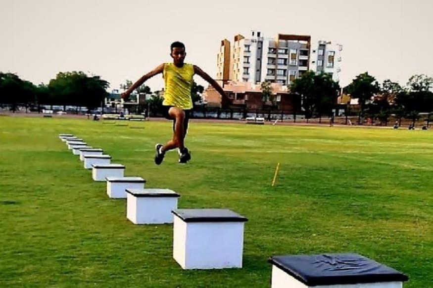 કૌશિકે 2018માં રાજસ્થાનના અલવર ખાતે રમાયેલી વેસ્ટ ઝોન મીટમાં 1.95 મીટરનો કૂદકો લગાવીને રેકોર્ડ બનાવ્યો હતો. જે સાત રાજ્યોમાં આજે પણ અજેય છે. કૌશિક પોલીસ પરિવારનું સંતાન છે. એની રમત સિદ્ધિઓએ ગુજરાતની સાથે વડોદરાનું એસ.એ.જીનું અને એના કોચનું ગૌરવ વધાર્યું છે.