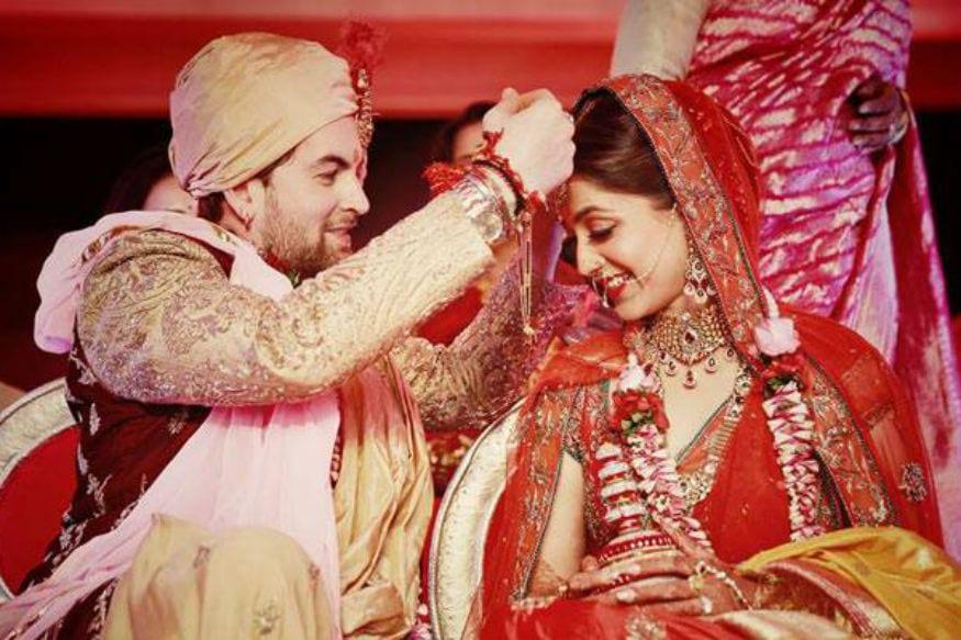 આપણા સમાજમાં પત્ની અને ખર્ચને હંમેશા એક સાથે જોડી દેખવામાં આવે છે. પત્ની હંમેશા ખોટા ખર્ચા કે ખોટી માંગણી કરતી હોય છે તેવું માની લેવામાં આવે છે. પણ આ ધારણા સંદતર ખોટી છે. ઉલ્ટાનું આપણા પુરાણામાં પણ પત્નીને આ ચાર વસ્તુઓ આપવાનું કહેવામાં આવ્યું છે જેનાથી ઘરમાં સુખ અને સમૃદ્ધિ આવી શકે છે. હિંદુ ધર્મમાં સ્ત્રીને દેવીનું સ્વરૂપ મનાય છે. તમામ ધર્મોમાં સ્ત્રીના અસ્તિત્વનું અનોખું મહત્વ છે. ત્યારે મનોસ્મૃતિ પ્રમાણે ગૃહલક્ષ્મી એટલે કે ઘરની પત્નીને સમયે સમયે તમારે આ ચાર વસ્તુઓ આપી પ્રસન્ન કરવી જોઇએ.