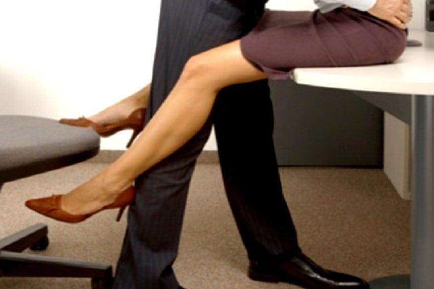 સ્ટેન્ડિંગ સેક્સ પોજિશન (Standing sex position): સ્ટેન્ડિંગ સેક્સ પોજિશનમાં બોડી મસલ્સ અને ખાસ કરીને થાઇ અને લેગ મસલ્સ ઉપર વધારે દબાણ પડે છે. આ સેક્સ પોજિશન એક પ્રકારે એક્સસાઇઝ જેવું જ છે. જેમાં વધારે મહેનત કરીનેતમે સેક્સને એન્જોય કરી શકો છો અને કેલેરી બર્ન પણ કરી શકો છો. (પ્રતિકાત્મક તસવીર)