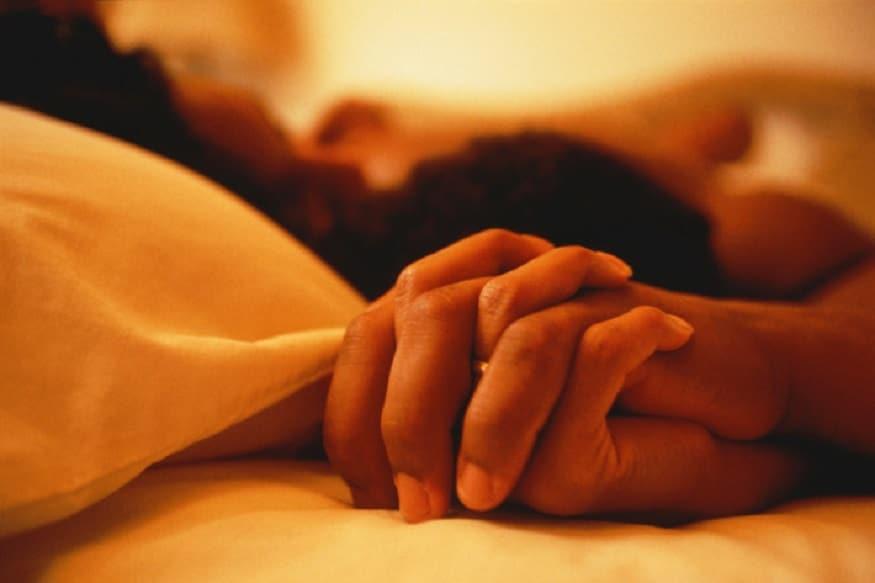 સેક્સ માત્ર ફિજિકલ અને મેન્ટલ પ્લેઝર જ નહીં આપતું પરંતુ આપણને શેપ-અપ રહેવામાં પણ મદદ કરે છે. અહીં તમે એવી સેક્સ પોજિશન્સ (Sex positions) વિશે જાણશો જે ઓર્ગેજમ આપવાની સાથે ચરબી પણ બર્ન કરે છે. સેક્સ દરમિયાન શરીરમાં ઉર્જાનો તેજ પ્રવાહ હોય છે. આ એનર્જી ફ્લોના કારણે પરસેવો આવે છે. અને ગરમીનો અહેસાસ થાય છે. આ પરસેવો આપણી બોડી ફેટને બર્ન થવા પર જ વહે છે. પરંતુ કેટલીક સેક્સ પોજિસન્સ એવી પણ છે જેમાં સેટિસ્ફેક્શન મેળવવા માટે વધારે મહેનત કરવી પડે છે. જેનાથી વધારે ફેટ બર્ન કરવામાં મદદ મળે છે. (પ્રતિકાત્મક તસવીર)