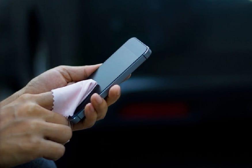 અત્યારે જૂના કેપેડ ફોનની જગ્યાએ સ્માર્ટફોન (smartphone), ટચસ્ક્રીન ફોને (Touchscreen Phones) લઈ લીધી છે. મોટાભાગના લોકોના ખિસ્સામાં સ્માર્ટફોન દેખાય છે. જેના હાથમાં જુઓ એના હાથમાં જ સ્માર્ટફોનની ટચસ્ક્રીન ઉપર આંગળીઓ ફરતી દેખાય છે. લોકો અલગ અલગ કવરથી સ્માર્ટફોનને વધારે સુંદર બનાવે છે. પરંતુ આ ટચસ્ક્રીનના ક્રેઝ વચ્ચે આ ફોનને સાફ રાખવો પણ માથાનો દુઃખાવો બની ગયો છે. સ્માર્ટફોનનો થોડો ઉપયોગ કરીએ કે તરત જ ગંદો થવા લાગે છે અને પછી તેને સાફ કરવો એ માથાનો દુઃખાવો બની જાય છે.