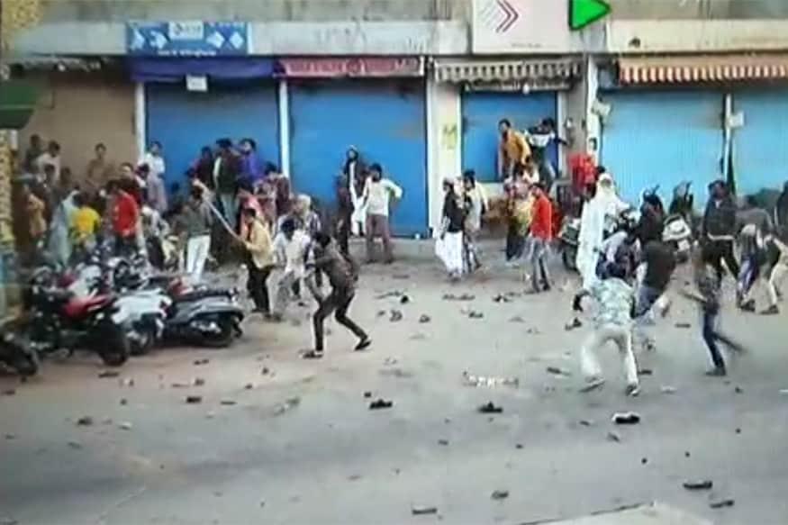 ટોળાએ પોલીસને દોડીવીને મારી : શાહઆલમ ખાતે જે તોફાનો થયા તેમાં તોફાનીઓએ પોલીસને દોડાવી દોડાવીને માર્યાં હતાં. પથ્થરમારોમાં 20થી વધારે પોલીસકર્મીઓ ઘાયલ થયા છે. મોટાભાગના પોલીસકર્મીઓ પથ્થરમારો થયો ત્યારે લાચાર બની ગયા હતા અને પોતાનો જીવ બચાવવા માટે દોડવા લાગ્યા હતા. જોકે, આ દરમિયાન એવા દ્રશ્યો પણ જોવા મળ્યા હતા કે અમુક લોકો પોલીસ માટે ઢાલ બન્યા હતા.