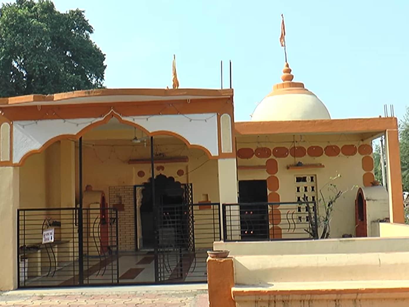 સામાન્ય રીતે પિતા પુત્રનો સંગમ એક જ પવિત્ર સ્થાને ખૂબ ઓછો જોવા મળે છે સમગ્ર ગુજરાતમાં આ એક માત્ર મંદિર હશે જ્યાં મહાદેવજીની સાથે સાથે બ્રહ્માજી અને નારદજીનો એક અનોખો સંગમ છે અને હરીશચંદ્ર મહાદેવ ના મંદિરે સાક્ષાત બિરાજેલા પિતા પુત્ર તમામ ભક્તો ની મનોકામના પૂર્ણ કરતા હોય છે જેથી લોકોની ખાસ આસ્થા પણ આ મંદિર સાથે જોડાયેલી છે.
