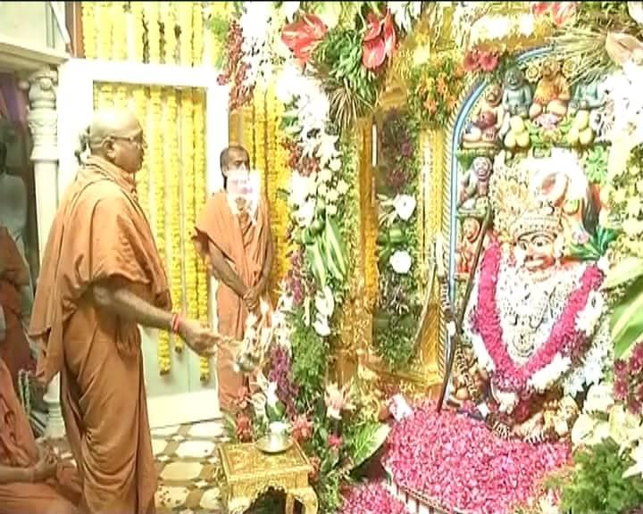 સાળંગપુર મંદિરના પરિસરમાં એક સ્વામિનારાયણ મંદિર પણ આવેલું છે. જેમાં એવી વસ્તુઓ ભક્તોનાં દર્શન માટે રાખવામાં આવી છે, જેનો ઉપયોગ ભગવાન સ્વામિનારાયણે કર્યો હતો. અહીં આવેલા નારાયણ કુંડમાં ભગવાન સ્વામિનારાયણ સ્નાન કરતા હતા. એવું કહેવાય છે કે એક વખત હનુમાનજી અને શનિદેવ વચ્ચે યુદ્ધ થયું હતું.