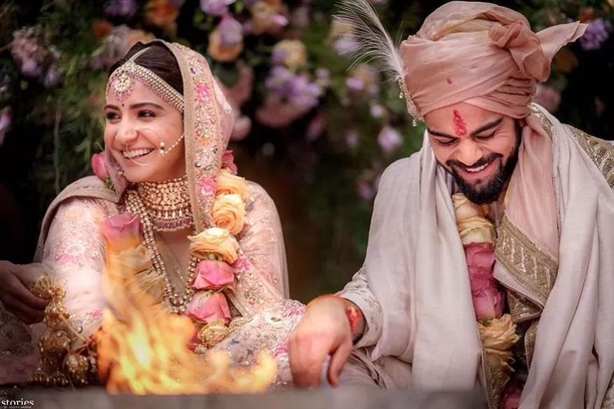 બોલિવૂડ ઍક્ટ્રેસ અનુષ્કા શર્મ અને ક્રિકેટર વિરાટ કોહલીનાં લગ્નને આદે બે વર્ષ થઇ ગયા છે. આ સાથે જ તેમની બીજી લગ્નતિથિએ તેમનાં લગ્ન સમયની ખાસ તસવીરો પર કરી લો એક નજર. (Image: Twitter)