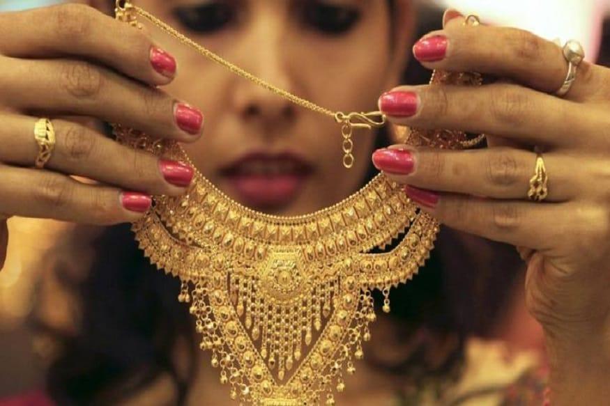 નવા વર્ષમાં લાગુ થશે સોનાના ઘરેણાંના નવા નિયમો (New rules of gold jewelry):- સોનાના ઘરેણાંઓમાં હોલમાર્કિંગ 15 જાન્યુઆરીથી અનિવાર્ય બનશે. આ અંગે સરકાર 15 જાન્યુઆરી 2020ના રોજ નોટિફિકેશન રજૂ કરશે.