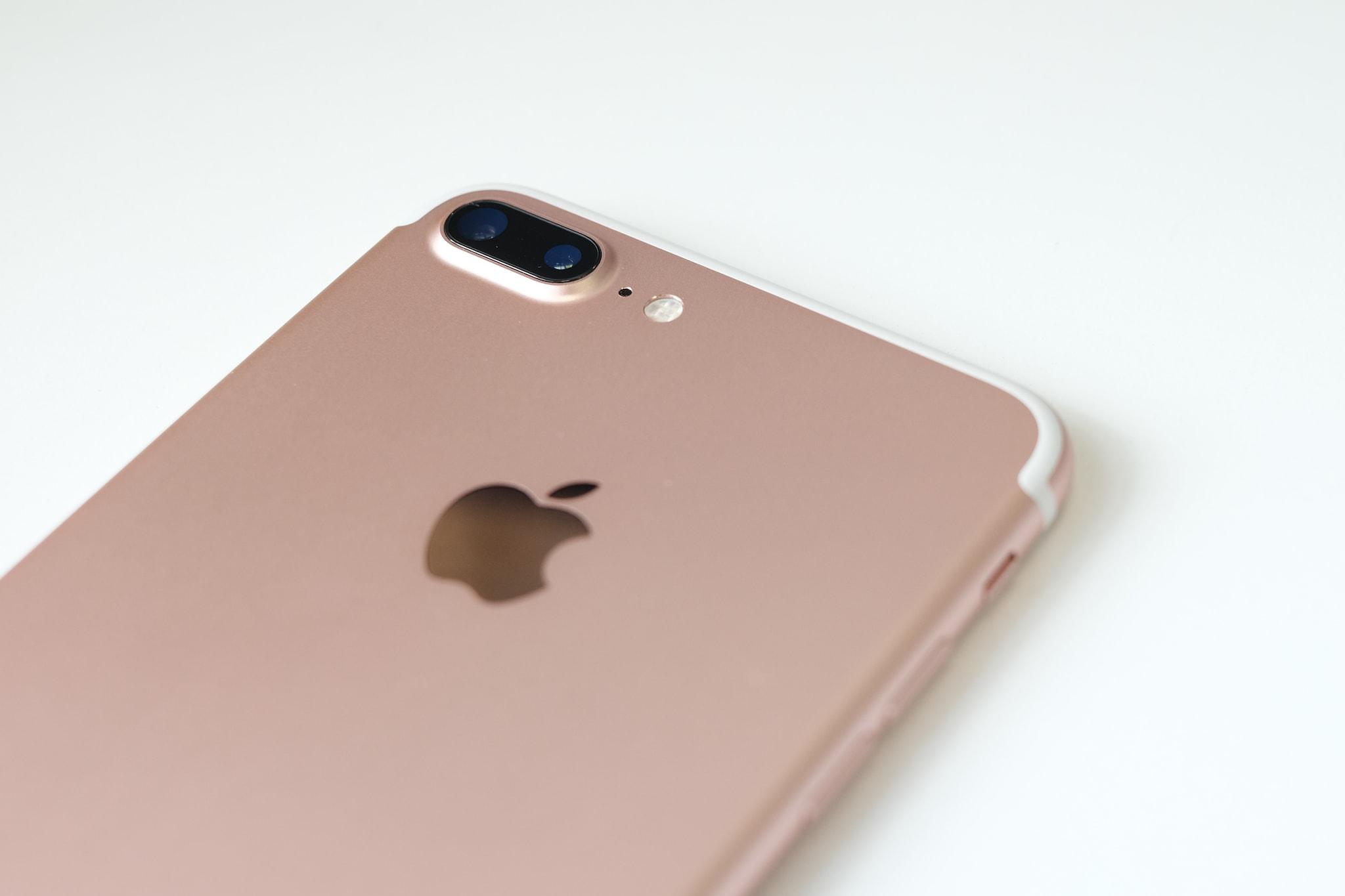 iPhone 7ના 32 જીબી રોઝ ગોલ્ડ વેરિએન્ટની ખરીદી પર 16% ડિસ્કાઉન્ટ આપવામાં આવી રહ્યું છે. આ ફોનની કિંમત 29,900 રૂપિયા છે, પરંતુ સેલમાં તે 24,999 રૂપિયામાં ઉપલબ્ધ છે. આ ઉપરાંત ફોનને ફક્ત 14,199 રૂપિયામાં ખરીદી શકાય છે. આ માટે તમને એક્સચેન્જ ઑફર આપવામાં આવી રહી છે.
