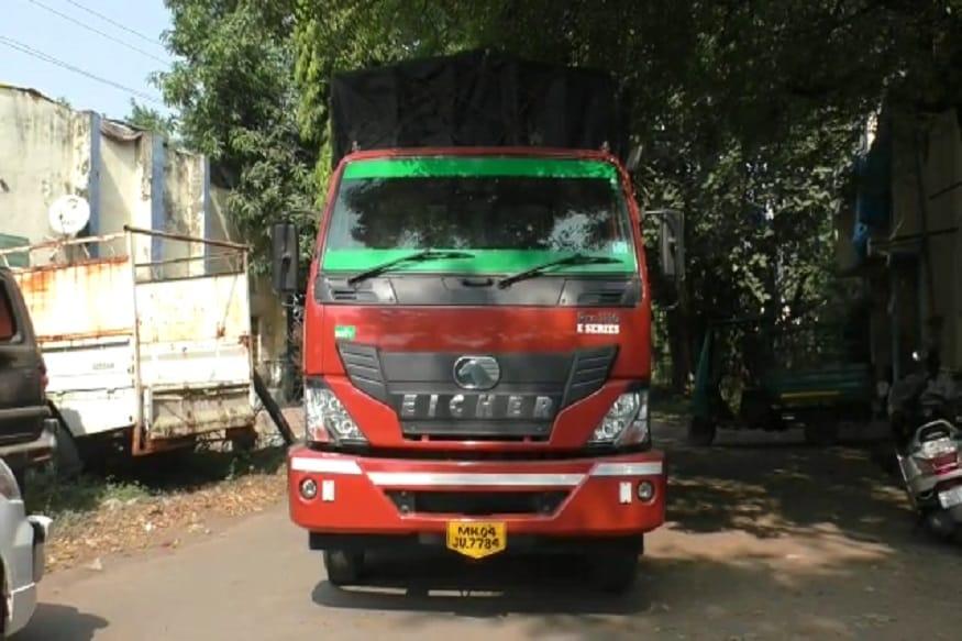 ગુજરાતની (Gujarat) બાજુમાં આવેલ મહારાષ્ટ્રમાં (Maharashtra) ગુટખા પર પ્રતિબંધ (ban) હોવાને લઈને કાળા બજારમાં ગુટખા વેચવા લાઇ જવાતો જથ્થો નેશનલ હાઈવે (National highway) પર પસાર થવાનું હોવાની બાતમીના આધારે રેન્જ આઈજીના સ્કોડ દ્વારા ઝડપી પડી બે લોકો ધરપકડ કરી છે જોકે એક કરોડના મુદ્દામાલ કબજે કરી તપાસ શરૂ કરી છે. (કિર્તેશ પટેલ, સુરત)
