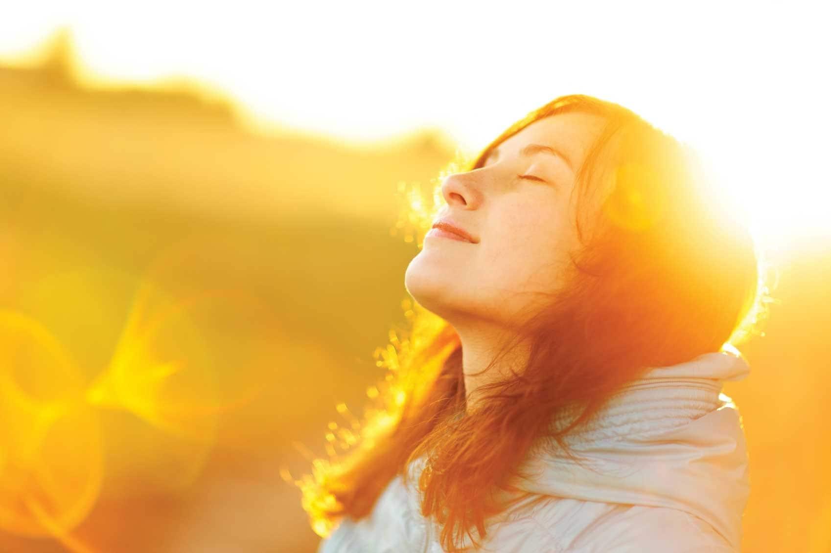 સામાન્ય રીતે એવું કહેવામાં આવે છે કે વિટામિન-ડી શરીરના 20 ટકા ખુલ્લા હાથ અને પગથી દરરોજ 15 મિનિટ સૂર્યપ્રકાશ લેવાથી મળી શકે છે. આગળનો પ્રશ્ન એ છે કે દિવસનો કયો સમય સૂર્યપ્રકાશના સંપર્કમાં રહેવા માટે સૌથી યોગ્ય છે. લોકપ્રિય માન્યતા અનુસાર સવારનો તડકો અને મોડી સાંજનો સૂર્યપ્રકાશ યોગ્ય છે.