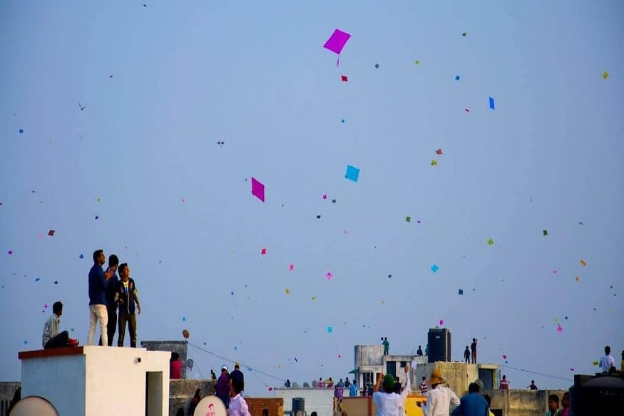 અમદાવાદઃ ઉત્તરાયણને (Uttarayan) ગણતરીના દિવસ બાકી છે.અને પતંગ રસિયાઓ (kite lovers) તૈયારીઓ કરી રહ્યા છે.પણ ઉત્તરાયણમાં પવન કેવો રહેશે. તેની રાહ જોતા હોય છે. તો પતંગ રસિયાઓ માટે ખૂબ જ સારા સમાચાર છે કે પવનની દિશા છે તે ઉત્તર તરફની રહેશે અને 15થી 20 કિલોમીટરની ઝડપે પવન ફૂંકાશે. એટલે પવનની ગતિ મધ્યમ રહશે. (પ્રતિકાત્મક તસવીર) (વિભુ પટેલ, અમદાવાદ)