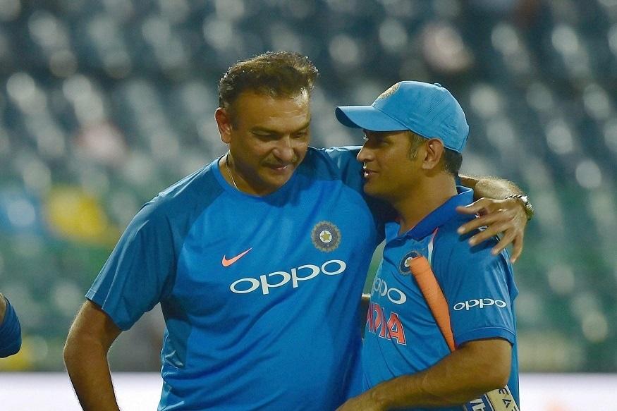 નવી દિલ્હી : ભારતીય ક્રિકેટ ટીમ (Indian Cricket Team)ના પૂર્વ કેપ્ટન મહેન્દ્રસિંહ ધોની (Mahendra Singh Dhoni)ની નિવૃત્તિની અટકળો વચ્ચે ટીમ ઇન્ડિયાના હેડ કોચ રવિ શાસ્ત્રી (Ravi Shastri)એ આ મુદ્દે સનસનાટીર્યું નિવેદન આપ્યું છે. રવિ શાસ્ત્રીએ સીએનએન ન્યૂઝ 18 સાથેની વાતચીતમાં સંકેત આપ્યા છે કે ધોની જલ્દી પોતાની વન-ડે કારકિર્દીને અલવિદા કહી શકે છે. જોકે આ પછી પણ તે ટી-20 ક્રિકેટમાં રમવાનું ચાલું રાખશે. ધોની ટેસ્ટ ક્રિકેટમાં પહેલા જ નિવૃત્તિ લઈ ચૂક્યો છે. જો રવિ શાસ્ત્રીને વાત પર વિશ્વાસ કરવામાં આવે તો ધોની ઓસ્ટ્રેલિયામાં આ વર્ષે યોજાનાર ટી-20 વર્લ્ડ કપમાં પણ રમતો જોવા મળી શકે છે.