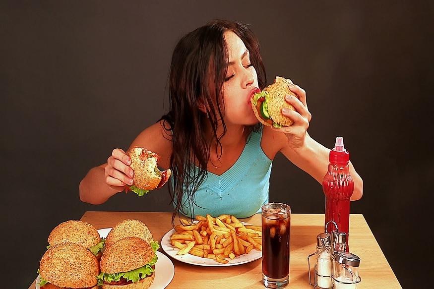 લાઈફસ્ટાઈલ ડેસ્કઃ આપણી ખોટી લાઇફ સ્ટાઇલને (lifestyle) કારણે જંકફૂડ (Junk food) આપણાં જીવનનો એક અનિવાર્ય ભાગ બની ગયો છે. ઘરે ખાવા બનાવવાની ઇચ્છા ન થાય અને જો કંઇક ચટાકેદાર ખાવું હોય તો આપણી પહેલી પસંદ પીઝા, બર્ગર, સેન્ડવિચ, દાબેલી, મેગી, વડાપાંવ જ હોય છે. આ ભોજન ખાવામાં જેટલાં ચટાકેદાર હોય છે તેટલાં જ નુકસાનકારક શરીર માટે હોય છે. તે ન ફક્ત વજન વધારે છે પણ સ્વાસ્થ્ય માટે પણ હાનિકારક હોય છે. ખાસ વાત કે ઘણાં લોકો ફરિયાદ કરે છે કે જંક ફૂડ એવું છે કે જેને ખાધા વગર મન માનતું નથી. ચાલો ત્યારે વાંચો એવી વાતો જે તમારા મનને જંકફૂડ ખાતા રોકશે અને જો કોઇ ઓફર કરશે તો તમે એક ઝાકટે તેને ના પણ પાડી દેશો. (પ્રતિકાત્મક તસવીર)