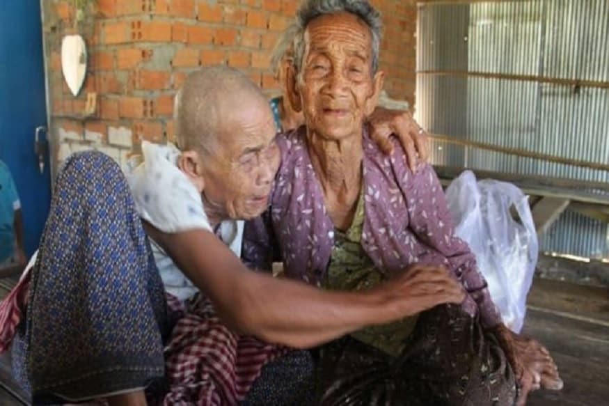 નામપેન્હઃ કંબોડિયામાં (Cambodia) ગત સપ્તાહે ત્રણ ભાઈ-બહેનોની 47 વર્ષ પછી મુલાકાત થઈ હતી. આ મુલાકાત સમયે બધા ભાવુંક થયાહતા. એક બીજા વચ્ચેનું અંતર એટલું બધું છે કે તેમને લાગતું હતું કે તેમનામાંથી કોઈ એકનું મોત થયું હશે. તેમણે એકબીજા સાથે છેલ્લીવાર મુલાકાત 1973માં કંબોડિયાના કમ્યુનિસ્ટ પાર્ટી એટલે કે ખમેર રુઝના શાસનમાં આવ્યાના બે વર્ષ પહેલા કરી હતી. કંબોડિયાની કમ્યૂનિસ્ટ પાર્ટી વર્ષ 1975માં સત્તામાં આવી હતી. ત્યારબાદ આશરે બે વર્ષ સુધી સંઘર્ષમાં ઓછામાં ઓછા 20 લાખ લોકો માર્યા ગયા હતા. આ સંઘર્ષ વર્ષ 1979 સુધી ચાલ્યો હતો. (ફાઈલ તસવીર)