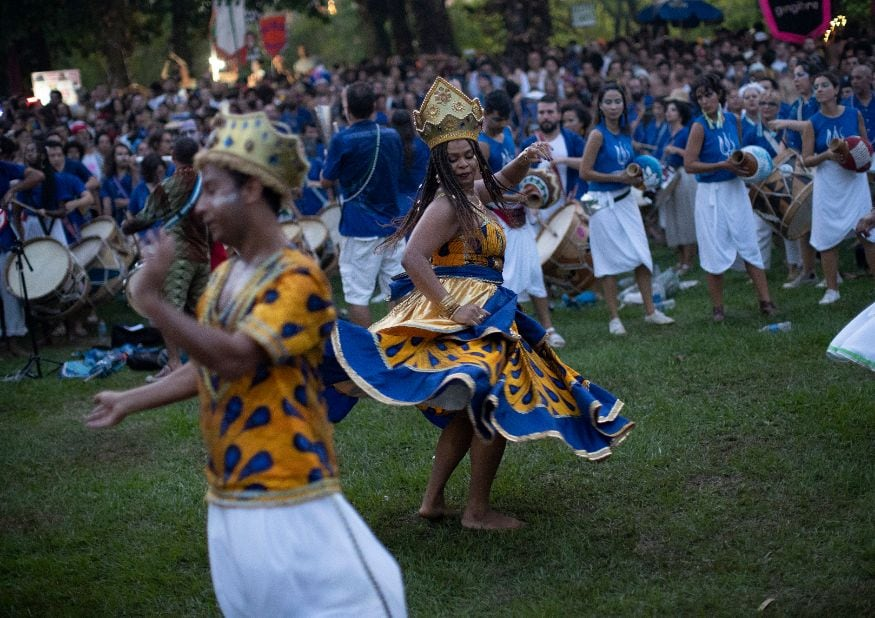 આ પરેડ લેટિન અમેરિકાના દેશોની આદિવાસી સંસ્કૃતિની ઝાંખી કરાવે છે. જેમાં સામ્બા પરેડ મુખ્ય આકર્ષણ છે. (તસવીર AP)