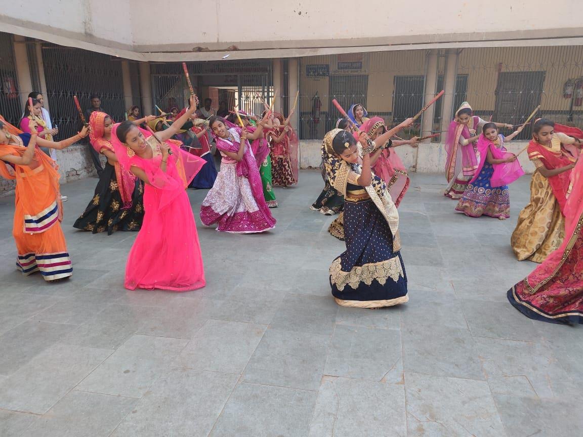 અને આ સ્ટેજ પરફોર્મન્સમાં ગુજરાતની ભાતિગળ સંસ્કૃતિના દર્શન પણ થશે કારણ કે આ તમામ લોકનૃત્યો માં ગુજરાતનું સૌથી લોકપ્રિય નૃત્ય ગરબા પણ છે. અને તે ગરબાના તાલે ઝૂમશે અમદાવાદના દુધેશ્વર વિસ્તારમાં આવેલી ગુજરાતી શાળા નંબર 3ની બાળાઓ.