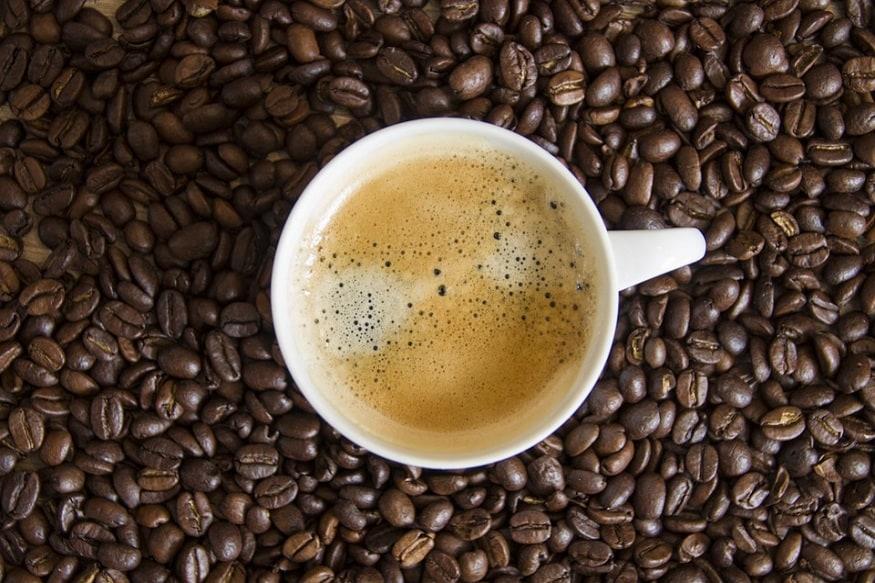 આજકાલ કૉફી લાઇફસ્ટાઇલનો ભાગ બની ગઈ છે. ઠંડીની સિઝનમાં તો કૉફી પીવાની વાત જ કઈક અલગ છે. ચાની જેમ કૉફીમાં પણ અલગ અલગ પ્રકારના ટેસ્ટ લાવી શકાય છે. કેટલાક લોકો ખાંડ વગરની કૉફી પીવાનું પસંદ કરે છે તો કેટલાક લોકો બ્લેક કૉફી પીવે છે. કેટલાકલોકો દૂધ વાળી કૉફી પીવાનું પસંદ કરે છે. કેટલાક લોકો ક્રીમ વાળી કૉફી પીવે છે. હકીકતમાં લોકો તેમની પસંદગી પ્રમાણે કોફી પીવે છે. ચાલો તમને જણાવી દઈએ કે કોફીને પણ હેલ્ધી બનાવી શકાય છે. માર્ગ દ્વારા, કૉફીમાં કોઈપણ વસ્તુનું મિશ્રણ કરવું તમારા સ્વાસ્થ્યને નુકસાન પહોંચાડે છે, પરંતુ એક વસ્તુ જે શિયાળાની ઋતુમાં તમારી કૉફીને સ્વસ્થ બનાવી શકે છે તે છે તજ.