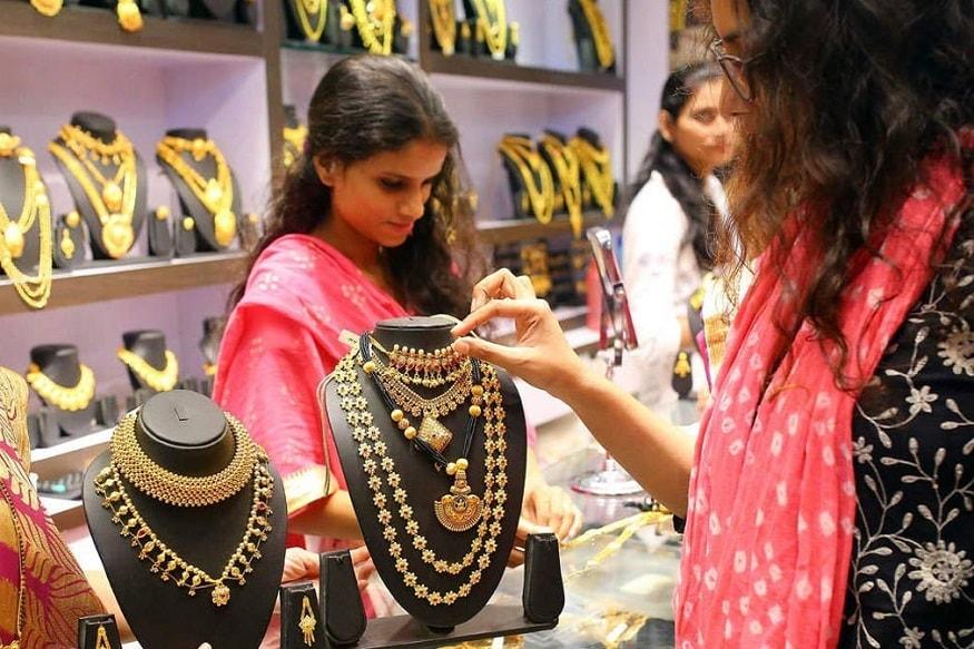 સોનાના નવા ભાવ (Gold Price on 14th February 2020) :- શુક્રવારે દિલ્હી સરાફા બજારમાં (Delhi Gold Silver market) સોનાના ભાવમાં આજે 70 રૂપિયા પ્રતિ 10 ગ્રામનો વધારો થયો છે. આ પહેલા ગુરુવારે 266 રૂપિયા પ્રતિ 10 ગ્રામનો વધારો થયો હતો. આજે શુક્રવારે વધારા સાથે સોનાનો નવો ભાવ 41481 રૂપિયા પ્રતિ 10 ગ્રામના સ્તર ઉપર પહોંચ્યો છે. (પ્રતિકાત્મક તસવીર)