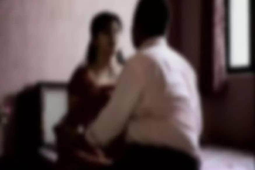 બિલાસુપરઃ લગ્નના બીજા દિવસે પત્ની પીયર જતી રહી હતી. પતિ લેવા પહોંચ્યો તો પત્નીએ સાસરી આવવા માટે ઈન્કાર કરી દીધો હતો. થોડા દિવસ પછી પત્નીએ બીજા યુવક સાથે ભાગી લગ્ન કરી લીધા હતા. ઘટનાથી દુઃખી પહેલા પતિએ ગળા ફાંસો ખાઈને આત્મહત્યા કરી લીધી હતી. ઘટના અંગે પોલીસે તપાસ શરૂ કરી છે. (પ્રતિકાત્મક તસવીર)
