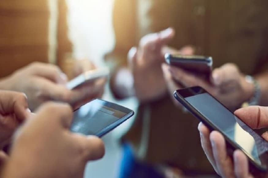 નવી દિલ્હીઃ 14 માર્ચે જીએસટી પરિષદ (GST Council)ની મીટિંગ થનારી છે. આ બેઠકમાં મોબાઈલ ફોન, બુટ-ચપ્પલ સહિત કપડાં જેવી પ્રોડક્ટ સસ્તી થવાની આશા વ્યક્ત કરવમાં આવી રહી છે. લાંબા સમયથી આ પ્રોડક્ટનો જીએસટી દર ઘટાડવાની માંગણી કરવામાં આવી હતી. આ ઉપરાંત નવા રીટર્ન ફાઈલ કરવાની વ્યવસ્થા તથા ઈનવોઈસને ઈમ્પ્લિમેન્ટેશનને સ્થગિત કરવાની સંભાવના પણ છે. (પ્રતિકાત્મક તસવીર)