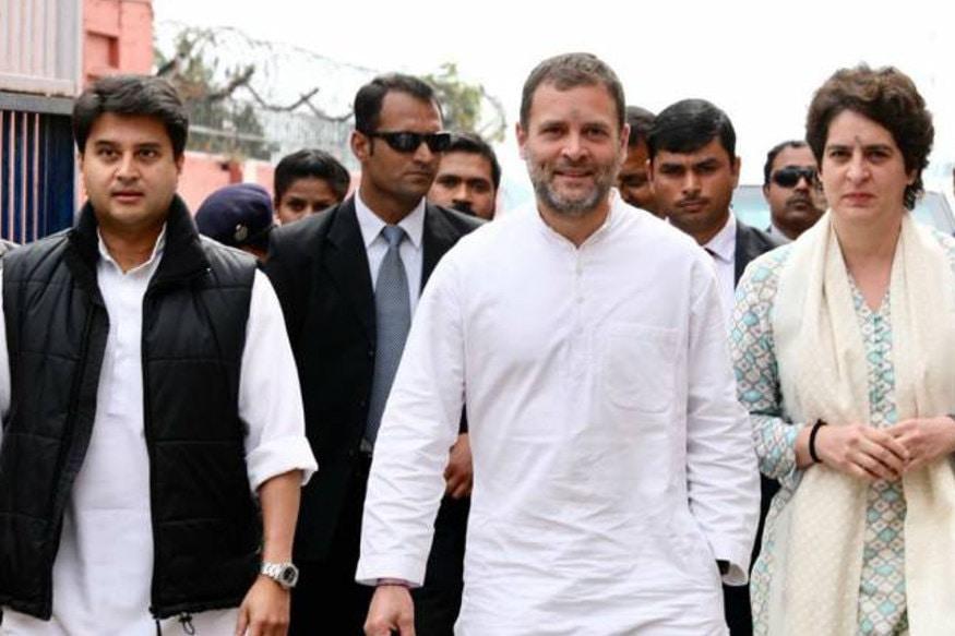 ભોપાલ : કૉંગ્રેસ (Congress)ને જોરદાર આંચકો આપીને જ્યોતિરાદિત્ય સિંધિયા (Jyotiraditya Scindia) બીજેપી (BJP)માં સામેલ થઈ ગયા. સિંધિયાએ આરોપ લગાવ્યો કે તેમને પાર્ટીમાં સતત નજરઅંદાજ કરવામાં આવી રહ્યા હતા. તેમની વાત સાંભળવા જ નહોતી આવતી. જોકે, ગાંધી પરિવાર (Gandhi Family)એ આ તમામ આરોપોને ફગાવી દીધા છે. રાહુલ ગાંધી (Rahul Gandhi)એ સ્પષ્ટ કહ્યું કે જ્યોતિરાદિત્ય જ એક એવી વ્યક્તિ હતા, જેમના માટે તેમના ઘરના દરવાજા હંમેશા ખુલ્લા રહેતા હતા. કૉંગ્રેસ હાઇકમાન્ડના નજીકના સૂત્રોએ તો એમ પણ કહ્યું કે પારિવારિછક નિકટતાના કારણે જે સોનિયા ગાંધી અને રાહુલ ગાંધીને આશા નહોતી કે રાજકીય ખેંચતાણના આ પ્રકરણમાં સિંધિયા પાર્ટી છોડવા સુધીનો નિર્ણય લઈ શકે છે.