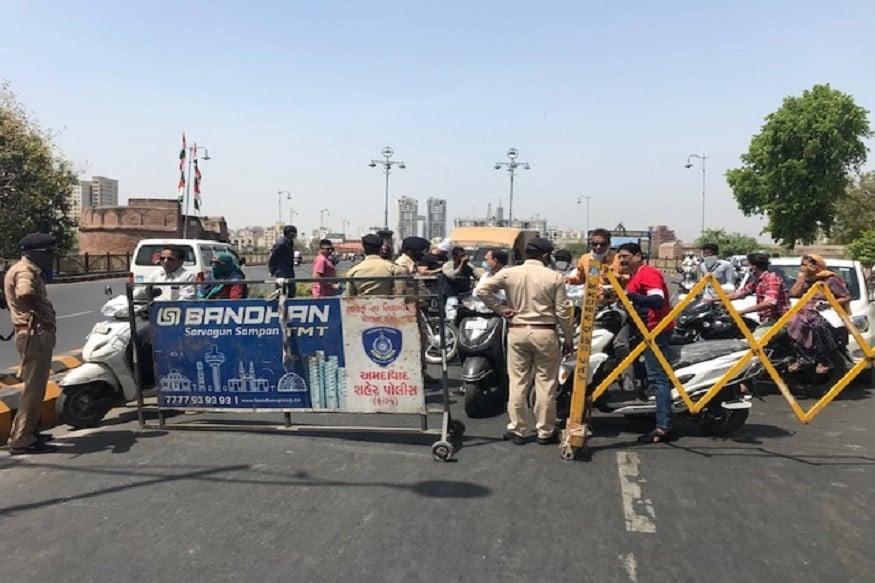 પ્રણવ પટેલ, અમદાવાદ : ગુજરાતના ગૃહ વિભાગ દ્વારા જાહેર કરાયેલા લોક ડાઉન જાહેરાત પર કેટલા રીક્ષા ચાલકો ભંગ કરતા જોવા મળ્યા હતા. જમાલપુરબ્રિજ પર પોલીસ દ્વારા બેરીકેટ લગાવી રીક્ષા ચાલકો અને અન્ય વાહનનો રોકવાના આવ્યા હતા. પોલીસ દ્વારા હળવો લાઠીચાર્જ પણ કરવામાં આવ્યો હતો. રીક્ષા ચાલકો નિયમોનું પાલન ન કરતા લોકો સામે કડક કાર્યવાહી હાથ ધરાઇ હતી. તો કેટલાક રીક્ષા ચાલકો અને વાહન ચાલકો માસ્ક પહેર્યા વગર ફરી રહ્યા હતા. તેવા લોકોને પોલીસ દ્વારા સમજ આપવામા આવી હતી.