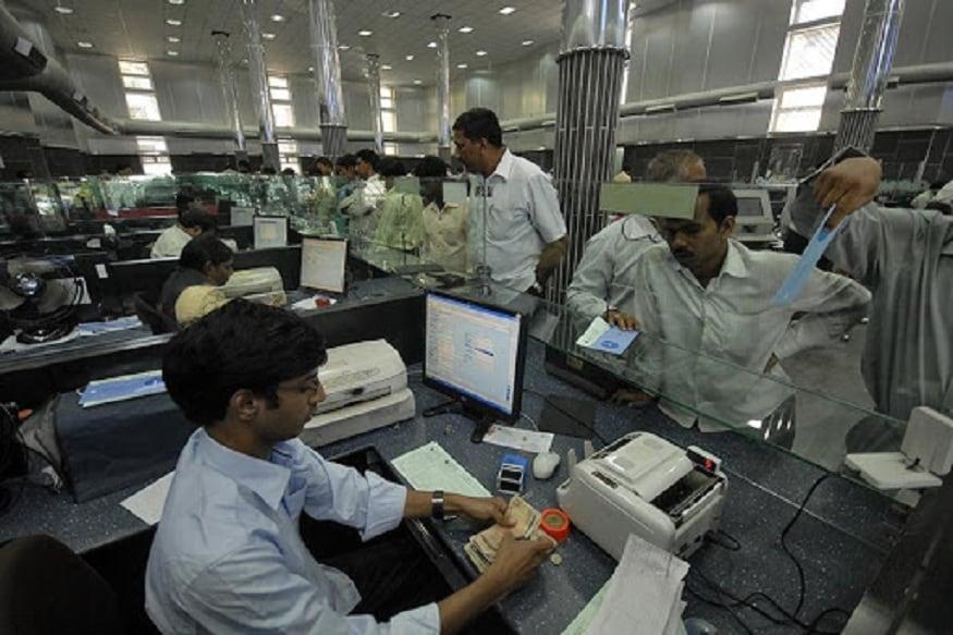 નવી દિલ્હીઃ બેન્કમાં નોકરી કરી રહેલા કર્મચારીઓ (Bank Employee) માટે મોટી ખુશખબર આવી છે. પગારને લઈ બુધવારે બેન્ક યૂનિયન UFBU (United Forum of Bank Unions) અને IBA (Indian Bank Association)ની વચ્ચે સહમિત સધાઈ ગઈ. આ બેઠકમાં બેન્કકર્મીઓનો પગાર 15 ટકા વધારવાનો નિર્ણય લેવાયો છે. એરિયર નવેમ્બર 2017થી મળશે. આ રકમ લગભગ 7898 કરોડ રૂપિયા થશે.