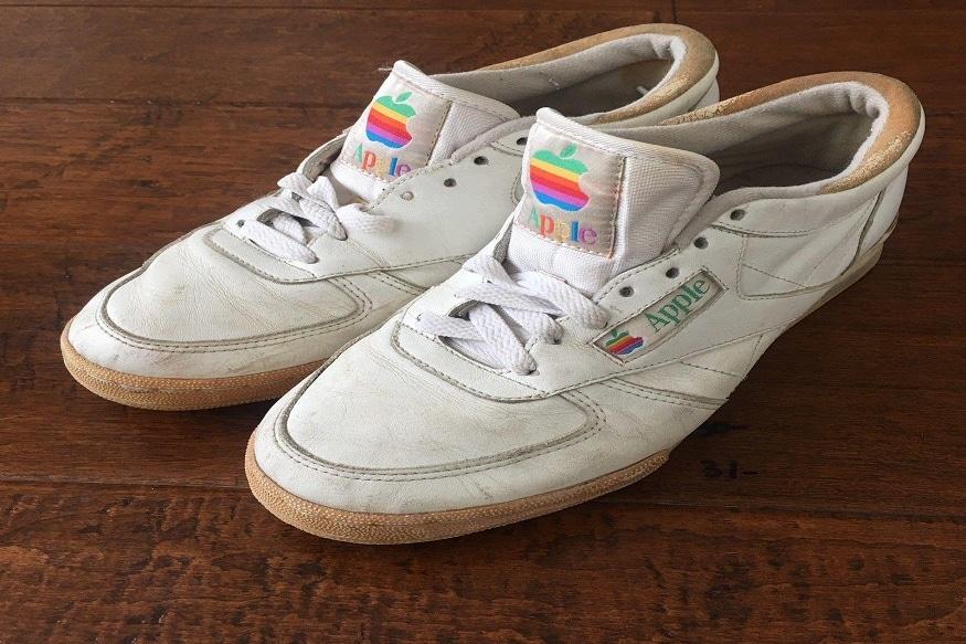 સૌથી પહેલા Apple Shoesની વાત કરીએ તો 80ના દશકના અંતમાં એપલ તરફથી એક ફેશન લાઈન લોન્ચ કરી હતી. જેમાં બુટ પણ એક ભાગ હતો. જોકે, આ બુટને લોકો માટે સેલમાં ક્યારેય ઉતારવામાં આવ્યા ન્હોતા. માત્ર એપલના કર્મચારીઓ તરફથી પ્રોટોટાઈપ રીતે આનો ઉપયોગ કરવામાં આવ્યો હતો. (ફાઈલ તસવીર)