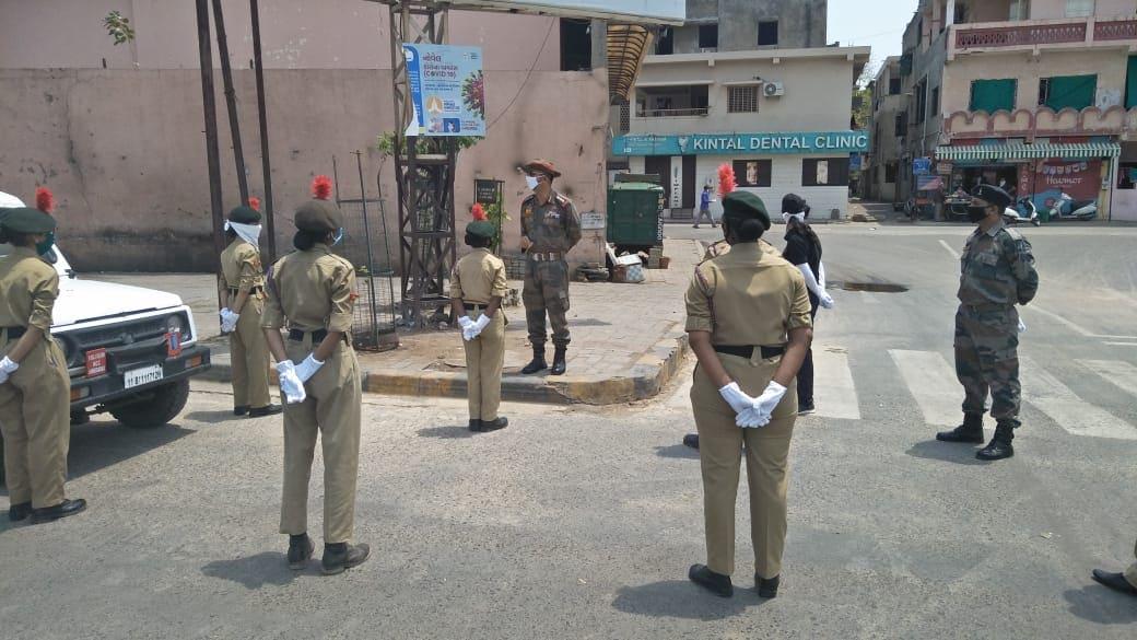ગુજરાતમાં 637 કેડેટ્સ, 54 આસિસ્ટન્ટ NCC ઓફિસર-ANO અને 85 કાયમી ઇન્સ્ટ્રક્ટરને 20 સ્થળે નિયુક્ત કરવામાં આવ્યા છે. આ ટુકડીઓને મુખ્યત્વે ટ્રાફિક સંચાલન, કતાર વ્યવસ્થાપન, અન્ન વિતરણ અને લોકોને કોવિડ-19 અંગે તકેદારી રાખવા માટે માહિતી આપવાના કાર્યોમાં નિયુક્ત કરવામાં આવ્યાં છે.