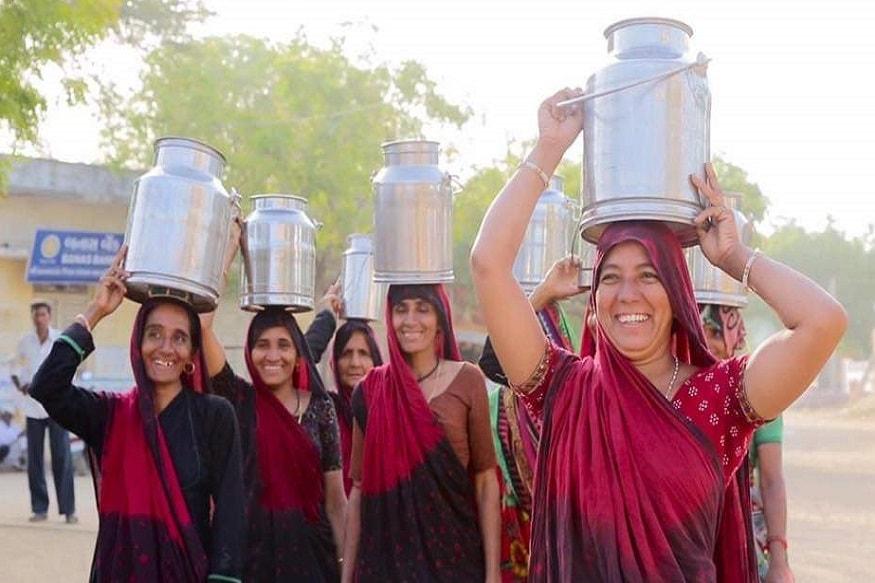 મયુર માંકડિયા, ગાંધીનગર : કોરોનાની વૈશ્વિક મહામારી સામે દેશ જજુમી રહ્યું છે. એમાં પણ જાણે કોરોના એ ગુજરાત પર મજબૂત પકડ જમાવી છે. કોરોનાને માત આપવા અને રાજ્ય સહિત દેશની પડખે ઉભા રહેવા રાજ્યની અનેક ધાર્મિક સંસ્થાઓ સહિત અન્ય સંસ્થાઓએ આગેકૂચ કરી છે. ત્યારે હવે રાજયના પશુપાલકો પણ બાકાત નથી. બનાસ ડેરીના પશુપાલકોએ પીએમ રાહત કોષમાં મોટું દાન આપ્યું છે.જિલ્લાના પશુપાલકોએ 7 કરોડ 14 લાખ રૂપિયા એકત્ર કરી પ્રધાનમંત્રી રાહત કોષમાં અનુદાન કર્યા છે. સંકટના સમયે બનાસ ડેરીના પશુપાલકો દૂધના નાણાં આપી દેશ સેવામાં અગ્રેસર બન્યા છે.
