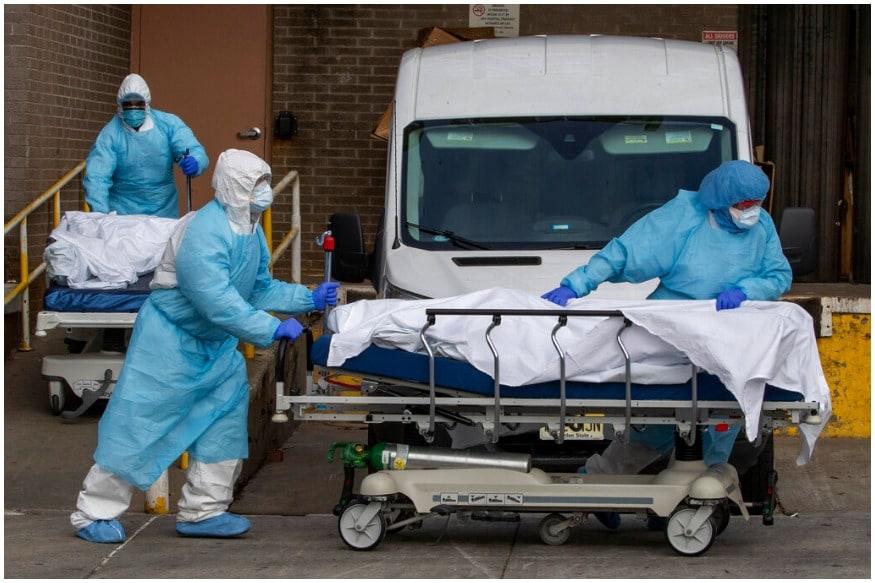 ન્યૂયોર્કઃ કોરોના વાયરસ (Coronavirus) થી અમેરિકા (America)માં સ્થિતિ દિવસે દિવસે બગડતી જઈ રહી છે. અત્યાર સુધી અહીં 9 હજારથી વધુ લોકોનાં મોત થઈ ચૂક્યા છે, જયારે 3.37 લાખ લોકો અહીં કોરોના પોઝિટિવ છે. ન્યૂયોર્ક (New York)માં હાલત ખૂબ ખરાબ છે. અહીં દરરોજ સરેરાશ 400થી વધુ લોકોનાં મોત થઈ રહ્યા છે. રવિવારે ન્યૂયોર્કની એક હૉસ્પિટલની એ ઘટનાએ સૌને અંદરથી હલાવી દીધા છે. અહીં માત્ર 40 મિનિટની અંદર 10 લોકોનાં મોત થઈ ગયા હતા.