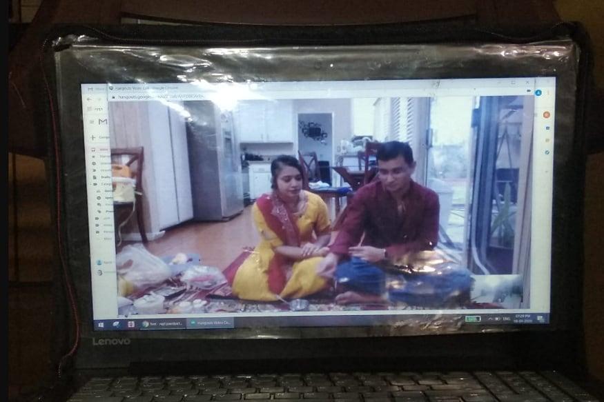 અમેરિકાના (America) લોસએન્જલીસ શહેરમાં રહેતા ગુજરાતી ડોક્ટર પરિવારદ્વારા દરેક હનુમાન જયંતીના દિવસે રાજકોટથી ખાસ બ્રહ્મણને બોલાવી પોતાના ઘરે હનુમંત યજ્ઞ કરાવે છે. જોકે આ વર્ષે કોરોના વાયરસના કારણે બ્રાહ્મણોને બોલાવી શકે તેવી સ્થિતિમાં નથી ત્યારે અમેરિકામાં રહેતા આ ડોક્ટર પરિવારે ઓનલાઇન હનુમંત યજ્ઞ કરાવ્યો હતો.